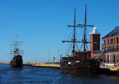 Galeony wycieczkowe w Kanale portowym w centrum Darłówka