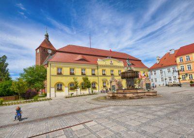 Rynek miejski z Ratuszem i Pomnikiem Rybaka w Darłowie