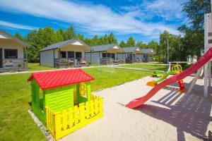 piękny plac zabaw dla dzieci na terenie Morskiej Przystani w Darłówku