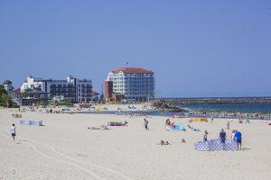 Piaszczysta plaża niedaleko Domków Morska Przystań
