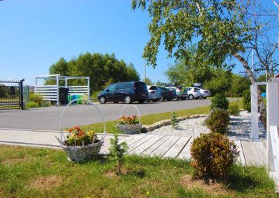 Parking koło domków letniskowych