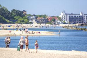 Widok na plażę obok Ośrodka Domków Morska Przystań