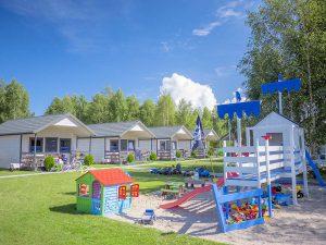 Plac zabaw dla dzieci oraz duży teren rekreacyjny